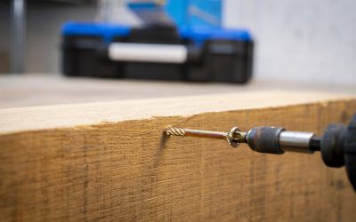 How to drive screws without splitting the wood